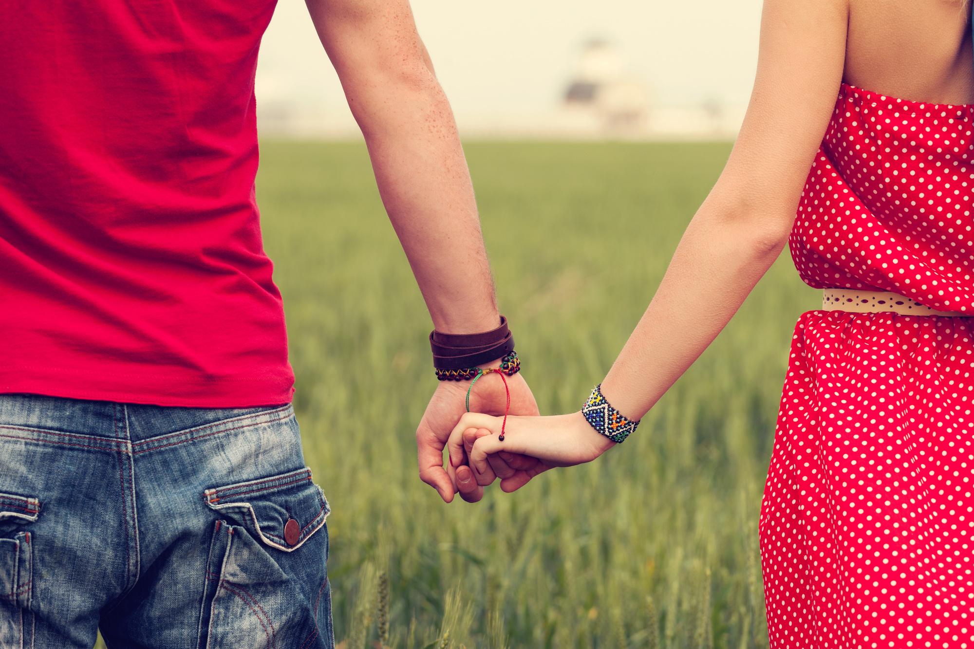 Картинки парней и девушек за руку